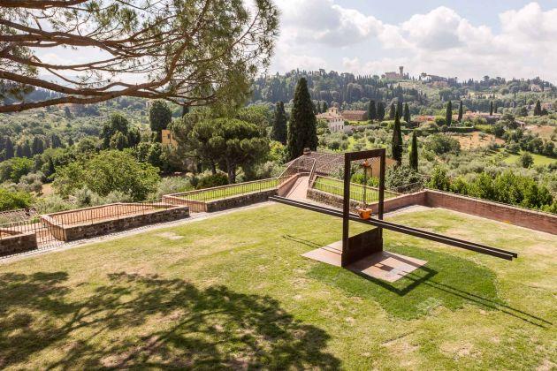 Eliseo Mattiacci, Equilibri Precari quasi impossibili, Mostra Gong, Forte di Belvedere, Firenze. Ph Simona Fossi