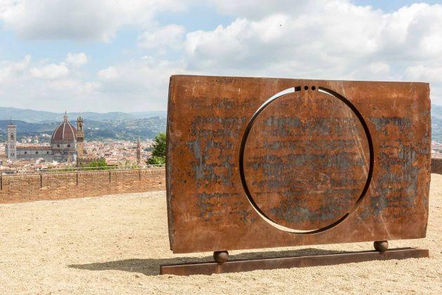Eliseo Mattiacci, senza titolo (scultura che guarda). Mostra Gong, Forte di Belvedere, Firenze. Ph Simona Fossi