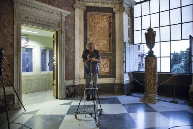 Alain Fleischer mentre lavora presso l'Appartamento di San Pio V. Foto Alessandro Prinzivalle © Governatorato SCV – Direzione dei Musei