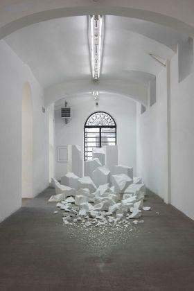 Alicja Kwade, Materia, per ora (Ein Hocker ist ein Bild), 2017. Installation view at Fondazione Giuliani, Roma 2018. Photo di Giorgio Benni