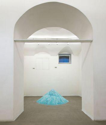 Alicja Kwade, _1518 leere Liter bis zum Anfang_, 2008 2018. Fondazione Giuliani, Roma 2018. Courtesy the artist & König Galerie, Berlino Londra. Photo di Giorgio Benni