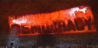 Andrei Molodkin, Victory of Democracy, 2018. Photo Gleb Kosorukov. Courtesy Andrei Molodkin a_political, London, Galleria Pack, Milano. Installation view at Castello di Barletta, 2018