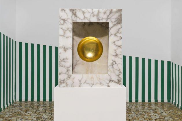 Anish Kapoor, Untitled, 2016. Sullo sfondo, Daniel Buren, Une diagonale pour un périmètre, 1970-2017. Courtesy Galleria Continua