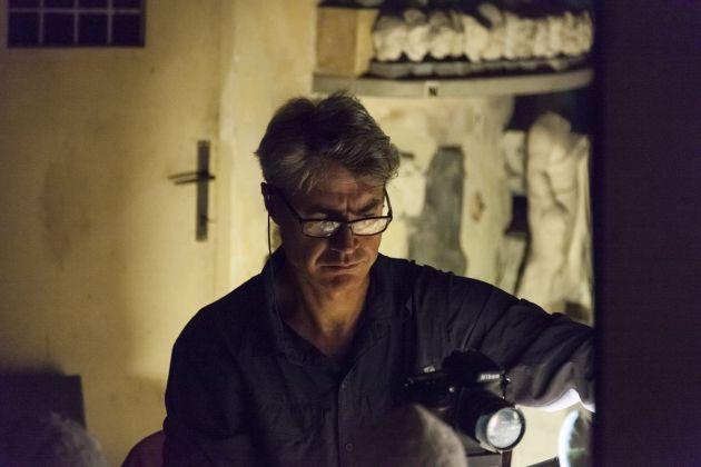 Antonio Biasiucci mentre lavora nel Magazzino delle Corazze. Foto Alessandro Prinzivalle © Governatorato SCV – Direzione dei Musei