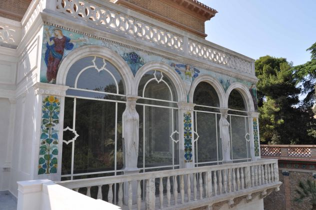 Balcone esterno con formelle in smalto scintillante, Villa Blanc, Roma