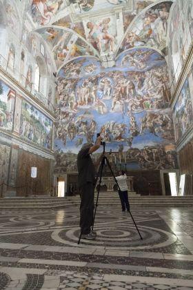 Bill Armstrong mentre lavora in Cappella Sistina. Foto Alessandro Prinzivalle © Governatorato SCV – Direzione dei Musei