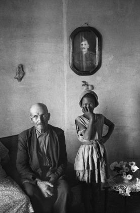 David Goldblatt, A plot holder with the daughter of a servant, Wheatlands, Randfontein, September 1962