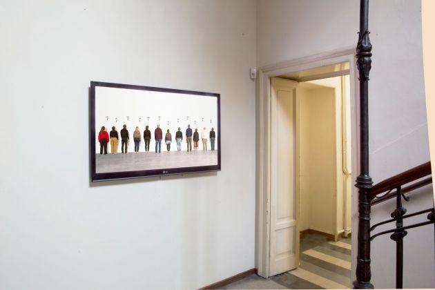 Filippo Berta, A nostra immagine e somiglianza 1, performance alla 6° Biennale di Salonicco). Photo © Alessandro Frangi