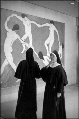 """Henri Cartier-Bresson, """"The dance"""" by Henri Matisse, Museum of Modern Art, New York, USA, 1965 © Henri Cartier-Bresson _ Magnum Photos"""