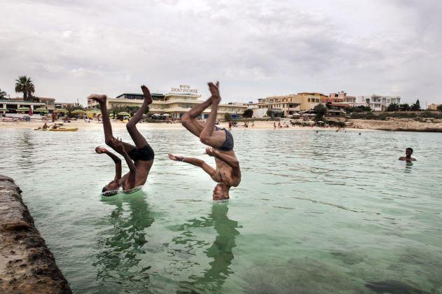 Isabella Balena, Un profugo somalo ed uno siriano sopravvissuti al naufragio del 3 ottobre fanno il bagno in una spiaggia, 2013