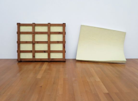 Gary Kuehn, Untitled, 1969, fibra di vetro, legno 168 x 488 x 50 cm. Courtesy Häusler Contemporary München | Zürich. Foto: Cindy Hinant, New York