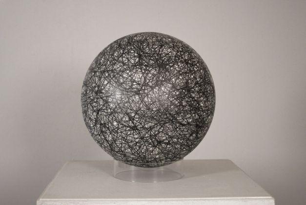Gary Kuehn, Untitled, 2012, acrilico, smalto e grafite su acrilico ø 39,1 cm. Galerie Michael Haas, Berlin. Foto: Lea Gryze, Berlin