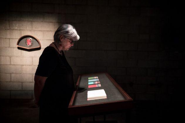 L'artista Maria Morganti di fronte al suo lavoro nella mostra La stanza del padre, Forlì 2018. Photo Gianluca Camporesi