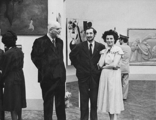 Lionello Venturi, Carlo Scarpa e Peggy Guggenheim al padiglione greco, XXIV Biennale di Venezia, 1948. Courtesy of the Solomon R. Guggenheim Museum Archives, New York