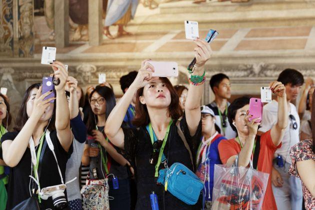 Martin Parr, Vatican Museums, 2015. Visitatori fotografano il biglietto d'ingresso nella Stanza della Segnatura di Raffaello. Musei Vaticani, Collezione d'Arte Contemporanea. Foto Martin Parr © Governatorato SCV – Direzione dei Musei