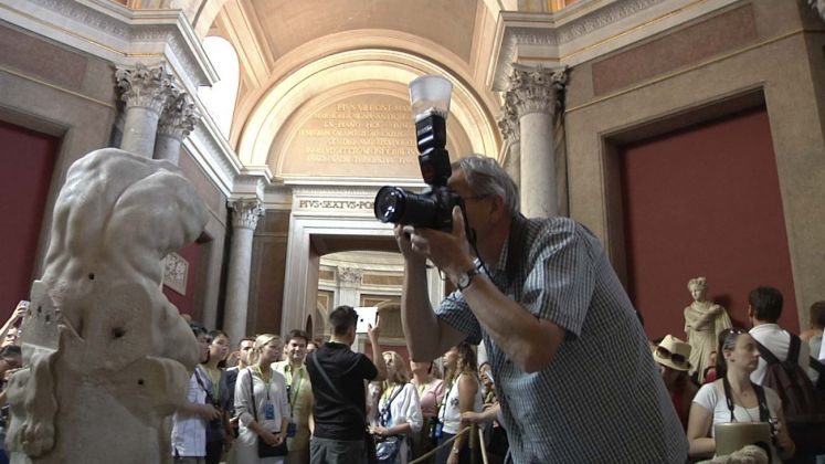 Martin Parr mentre lavora nel Museo Pio Clementino. Foto Alessandro Prinzivalle © Governatorato SCV – Direzione dei Musei