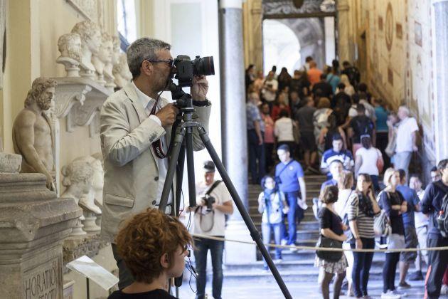 Massimo Siragusa mentre lavora nella Galleria Chiaramonti. Foto Alessandro Prinzivalle © Governatorato SCV – Direzione dei Musei