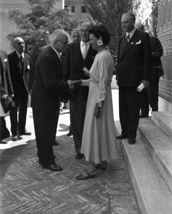 Peggy Guggenheim accoglie il Presidente Luigi Einaudi all'inaugurazione della mostra al padiglione greco, XXIV Biennale di Venezia, 1948. Solomon R. Guggenheim Foundation, Venice, photo Archivio Cameraphoto Epoche