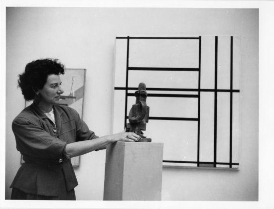 Peggy Guggenheim al padiglione greco vicino a Jacques Lipchitz, Pierrot seduto (1922), XXIV Biennale di Venezia, 1948. Solomon R. Guggenheim Foundation, Venice, photo Archivio Cameraphoto Epoche