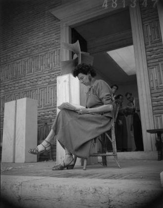 Peggy Guggenheim sulla gradinata del padiglione greco, XXIV Biennale di Venezia, 1948. Solomon R. Guggenheim Foundation, Venice, photo Archivio Cameraphoto Epoche