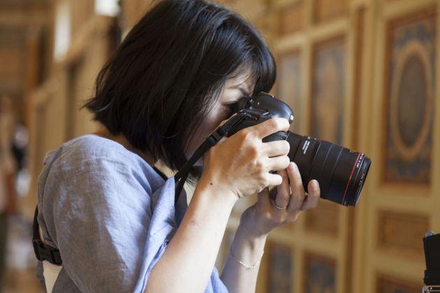 Rinko Kawauchi mentre lavora nella Galleria della Biblioteca. Foto Alessandro Prinzivalle © Governatorato SCV – Direzione dei Musei