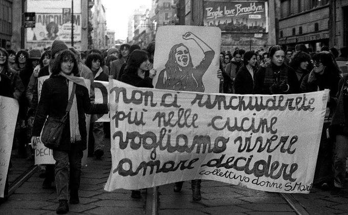 Roby Schirer, Manifestazione femminista. Collettivo donne Santa Marta, Milano 1976 © Roby Schirer