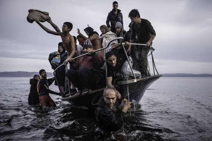 Sergey Ponomarev, Migrants arrive by a Turkish boat near the village of Skala, on the Greek island of Lesbos. Monday 16 November 2015, dalla serie Europe Migration Crisis, 2015 © Sergey Ponomarev, Prix Pictet 2017