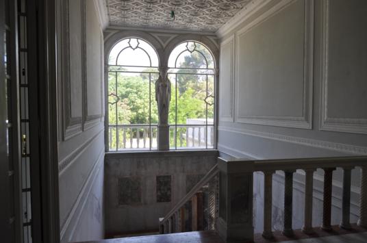 Scale interne che affacciano su balcone