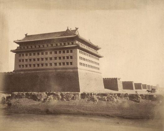Yinchuan Biennale 2018. Felice Beato, Tomba Ming, nei pressi di Peking, 1890 ca. Courtesy Fratelli Alinari Museum Collections Favrod Collection, Firenze