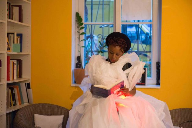 Donna Kukama Chapter P: The-Not-Not-Educational-Spirits, 2017 Fortlaufende Performance im Rahmen von I'm not who you think I'm not #1, 7.7.2017 / Durational performance within I'm not who you think I'm not #1, 7.7.2017 Foto / Photo: F. Anthea Schaap