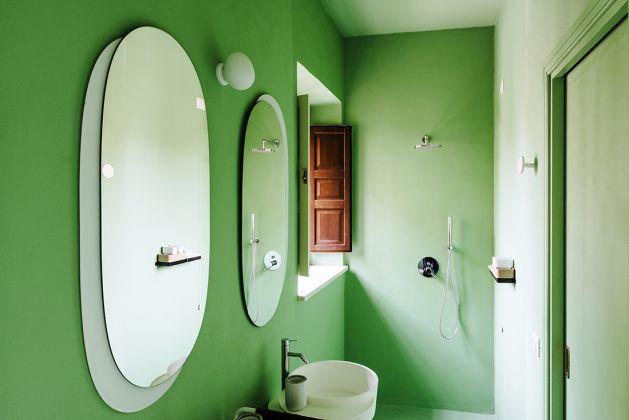 Bathroom by Ex.t (Lavabo stand, Plateau mirrors) © Piotr Niepsuj