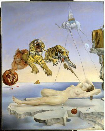 Salvador Dalí. Un segon abans de despertar d'un somni provocat pel vol d'una abella al voltant d'una magrana, c. 1944. Museo Nacional Thyssen- Bornemisza, Madrid. © Salvador Dalí, Fundació Gala-Salvador Dalí, VEGAP, Barcelona, 2018
