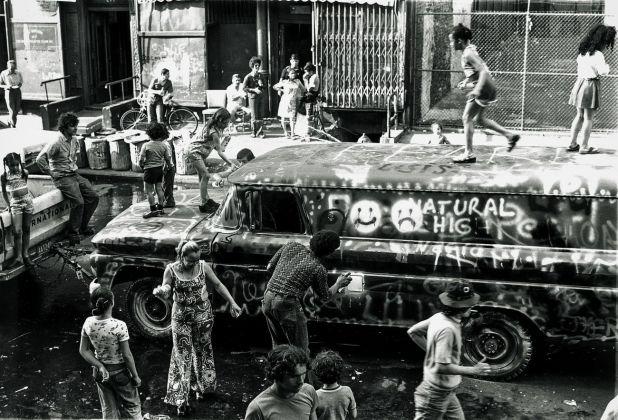 Abitanti del Bronx che dipingono il Graffiti Truck di Gordon Matta-Clark, giugno 1973. Courtesy The Estate of Gordon Matta-Clark e David Zwirner © 2018 The Estate of Gordon Matta-Clark - ADAGP, Parigi