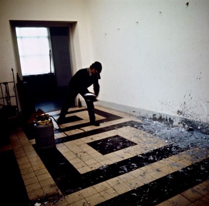 Balthasar Burkhard, Untitled (Richard Serra, Splash Piece). Allestimento della mostra When Attitudes Become Form, Berna, 1969 © J. Paul Getty Trust. Getty Research Institute, Los Angeles