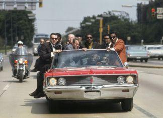 Bill Eppridge, Campagna elettorale di Bobby Kennedy con l'ex pugile Tony Zale e le star della N.F.L. Lamar Lundy, Rosey Grier e Deacon Jones, Indiana, 1968 © Bill Eppridge