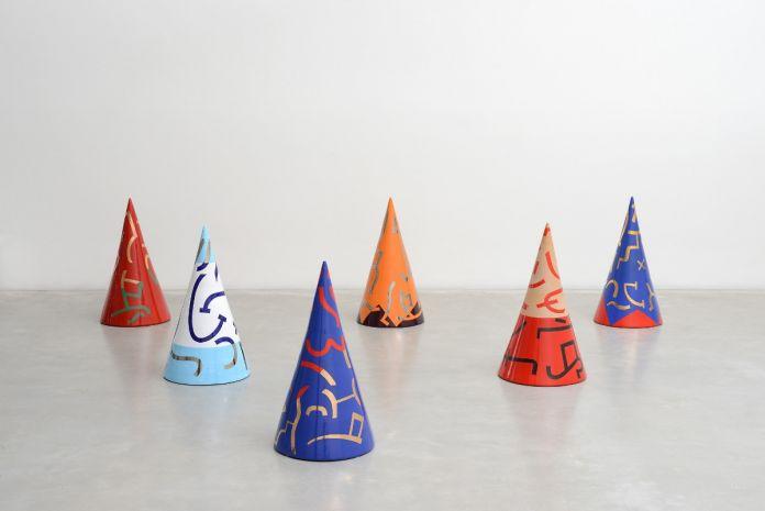 Carla Accardi, Coni, 2003. Ceramiche policrome installazione di 6 coni, photo MICHELE ALBERTO SERENI