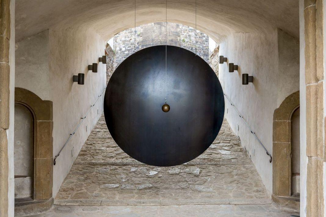 Eliseo Mattiacci, Colpo di Gong, 1993. Forte di Belvedere, Firenze 2018. Photo Simona Fossi