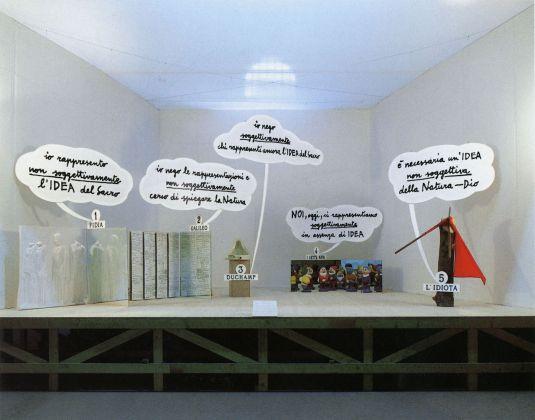 Enzo Mari, Dialogo tra Fidia, Galileo, Duchamp, i sette Nani, l'Idiota, 1986, Installazione polimaterica di 23 pezzi