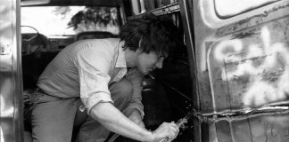 Gordon Matta-Clark che taglia con la fiamma ossidrica il suo Graffiti Truck, 1973 ca. Courtesy The Estate of Gordon Matta-Clark e David Zwirner © 2018 The Estate of Gordon Matta-Clark - ADAGP, Parigi