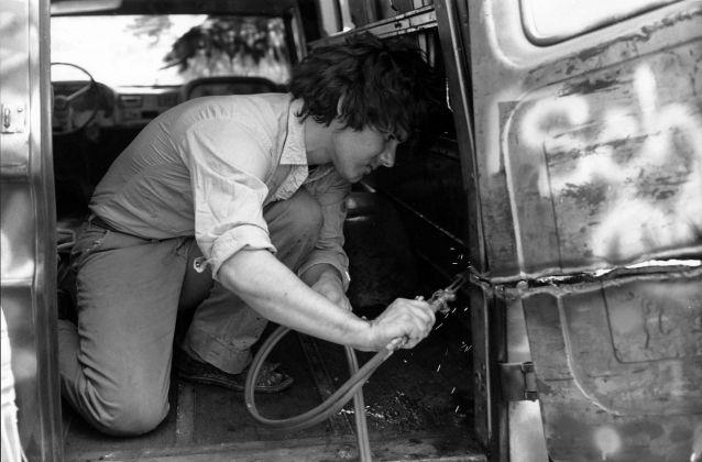 Gordon Matta-Clark che taglia con la fiamma ossidrica il suo Graffiti Truck, 1973 ca. Courtesy The Estate of Gordon Matta-Clark e David Zwirner © 2018 The Estate of Gordon Matta-Clark - ADAGP, Parigi