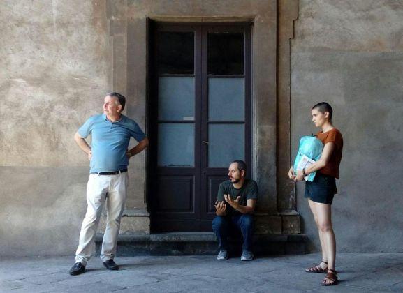 Gian Maria Tosatti (al centro) con Ludovico Pratesi e Lucrezia Longobardi a Palazzo Biscari, Catania 2018