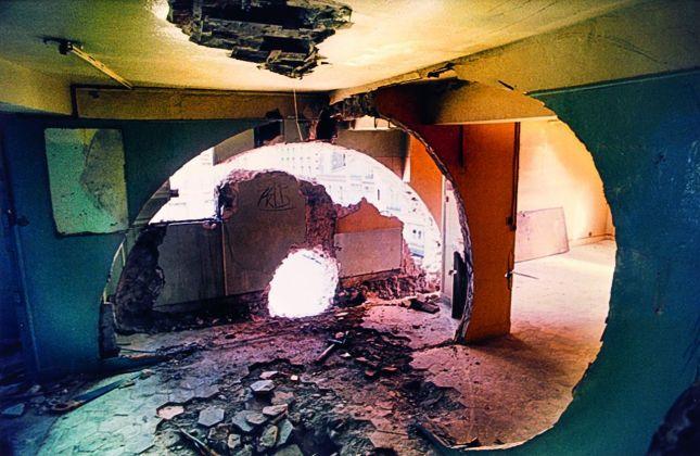 Gordon Matta-Clark, Conical Intersect, 1975. Courtesy The Estate of Gordon Matta-Clark e David Zwirner © 2018 The Estate of Gordon Matta-Clark - ADAGP, Parigi