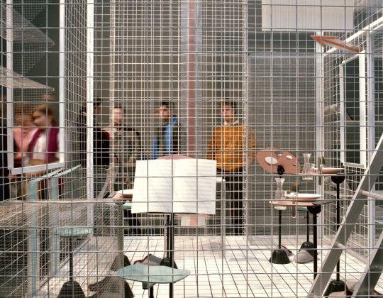 Il progetto domestico, XVII Triennale di Milano, 1986 Achille Castiglioni, Sei persone per 72 m3 © Eredi di Luigi Ghirri. Courtesy Editoriale Lotus