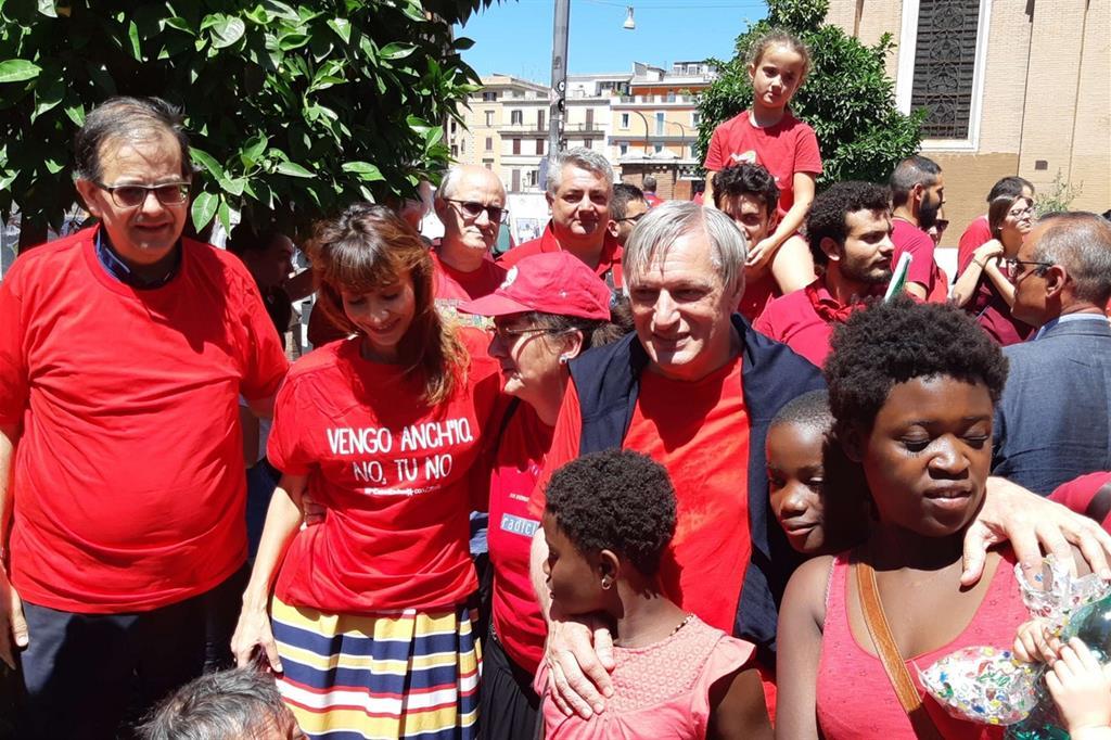 Il vescovo ausiliare di Roma Sud, don Paolo Lojudice (a sinistra), don Luigi Ciotti (al centro) e i manifestanti con le magliette rosse, 7 luglio 2018. Foto Avvenire