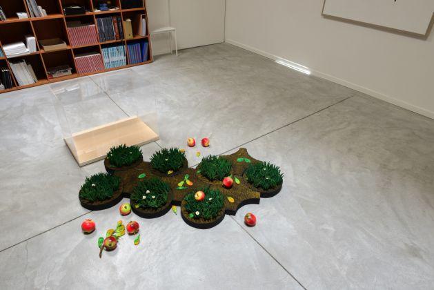"""Piero Gilardi, Puzzle natura """"Melograni caduti"""", 2017. Poliuretano espanso, misure variabili (n. 7 pezzi ø 29 cm_ n. 4 pezzi ø 36 cm_ con teca 50 x 50 x 60 cm). Collezione privata, Alba"""