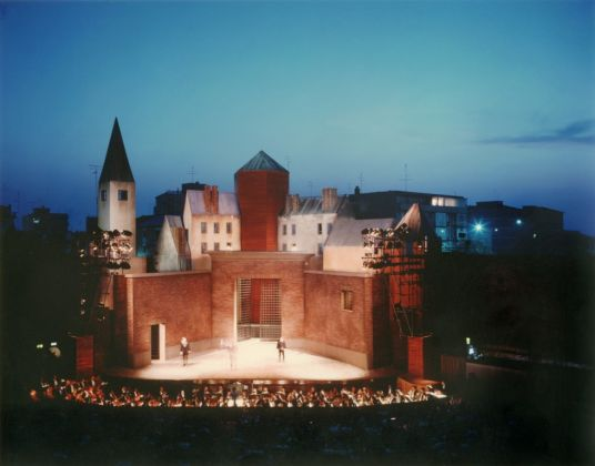 Ravenna, Rocca Brancaleone, scenografia di Aldo Rossi per la Lucia di Lammermoor, 1987 © Eredi di Luigi Ghirri. Courtesy Editoriale Lotus
