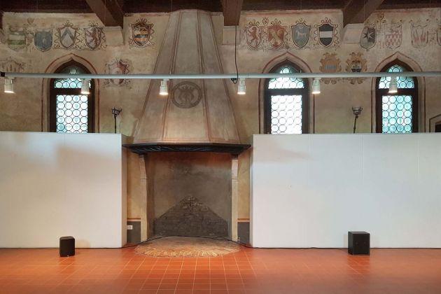 Tao G. Vrhovec Sambolec, Tuning in, Sala della confraternita, Il suono in mostra, Udine