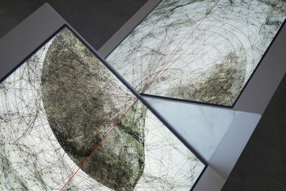 Ryoichi Kurokawa oscillating continuum 2013 Scultura audiovisiva (2 display quadrati, audio 2 canali), 924 x 800 x 422 mm, 8 minuti © L'artista. Courtesy Fondation Boghossian