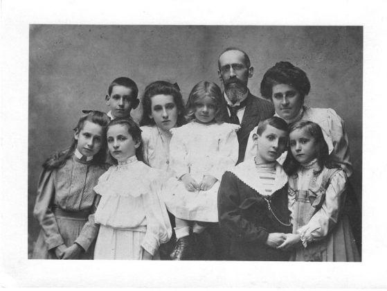 Adolfo Wittgens de Streytenau con la moglie Margherita Righini, i figli e le figlie, 1909 10. Milano, Fondazione Elvira Badaracco