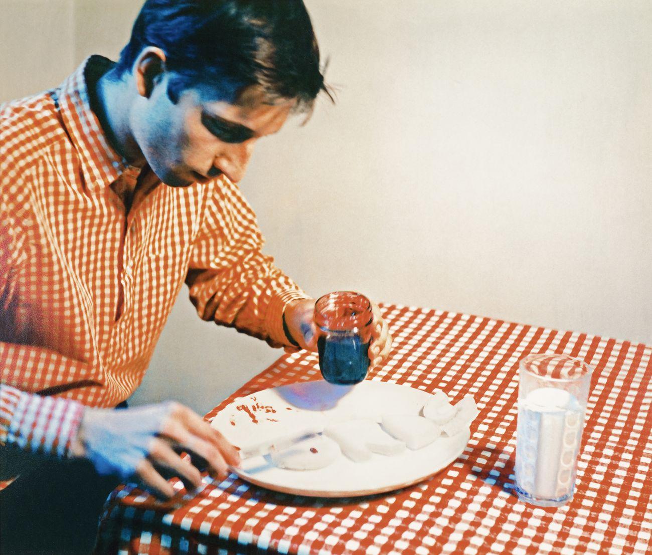 Bruce Nauman, Eating My Words, dal portfolio Eleven Color Photographs, 1966-67-1970-2007. Museum of Contemporary Art Chicago. Photo Nathan Keay © MCA Chicago © Bruce Nauman - 2018, ProLitteris, Zurich